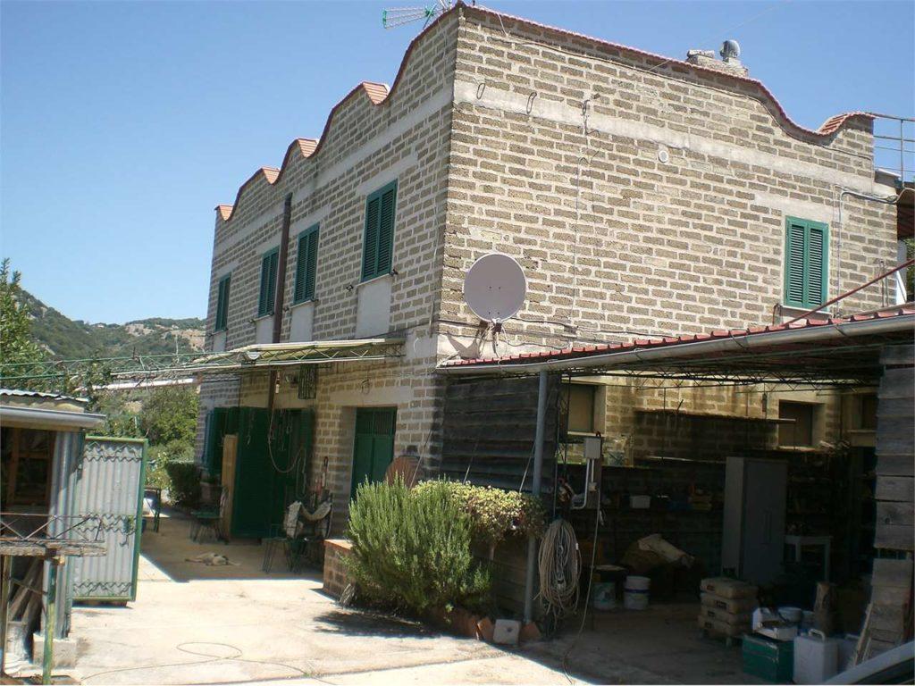 CORI – Casale con terreno e piante di ulivo